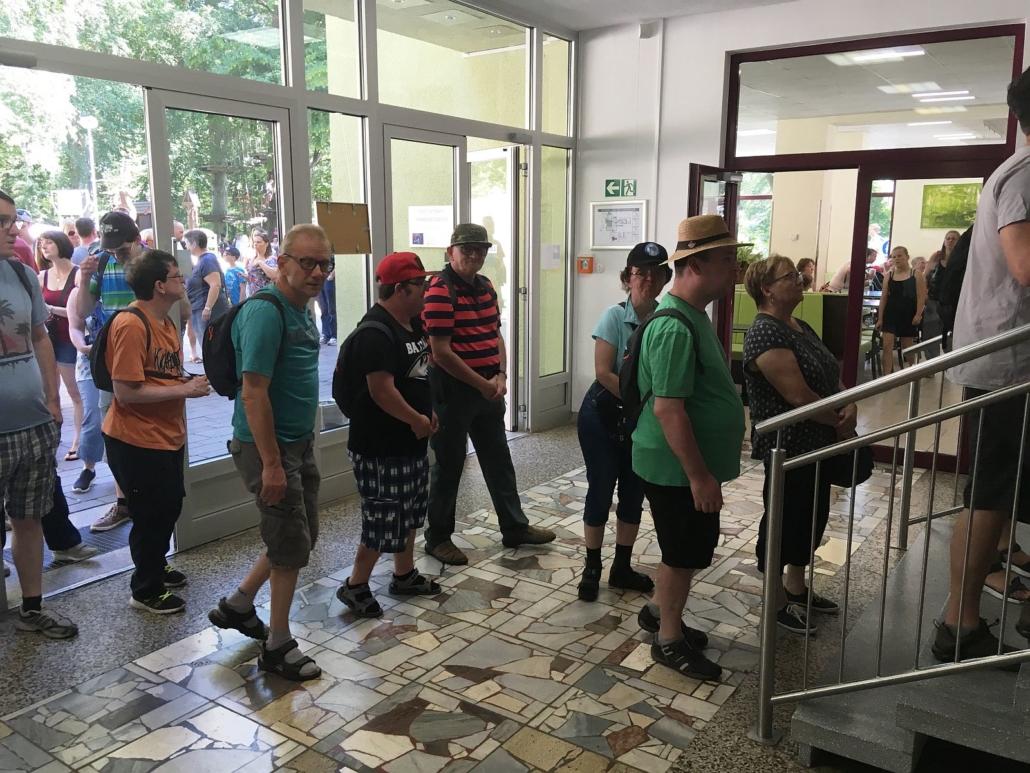 Eine lange Schlange Menschen bis vor die Außentür steht am Lift zum Hexentanzplatz.