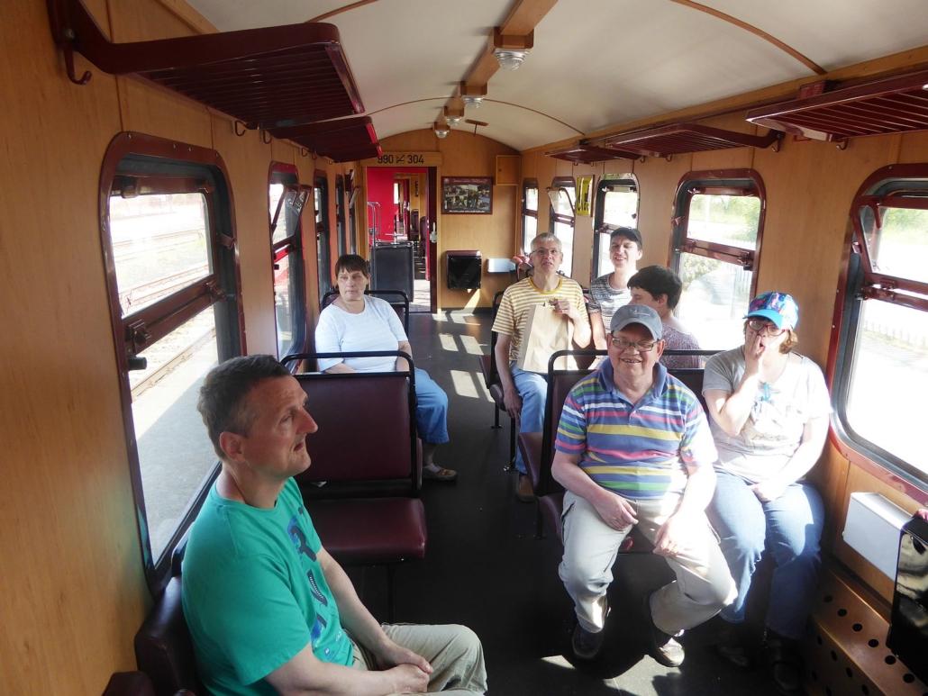 Die 7 Urlauber sitzen im Molli und fahren nach Bad Doberan.