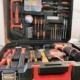 Der Werkzeugkoffer ist rechtwinklig geöffnet. und von vorn fotografiert. In ihm befinden sich ein Akkuschrauber, verschiedene Bohrer, Zangen, Hammer und weiteres Zubehör.