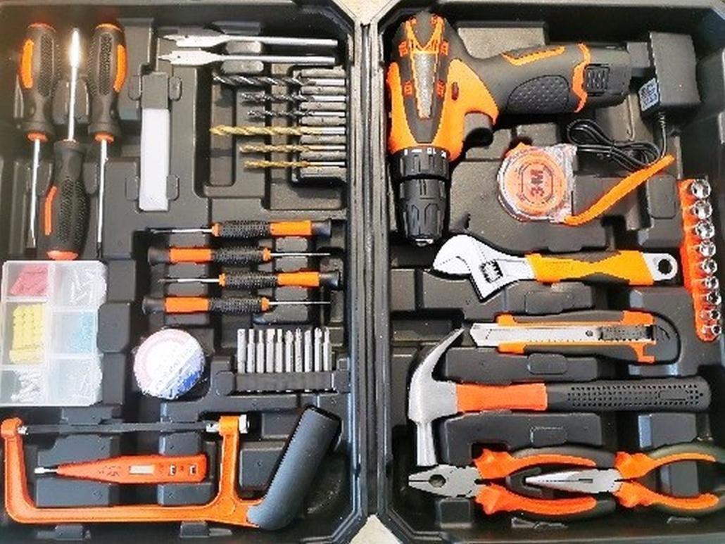 Der Werkzeugkoffer ist aufgeklappt und von oben fotografiert. In ihm befinden sich ein Akkuschrauber, verschiedene Bohrer, Zangen, Hammer und weiteres Zubehör.