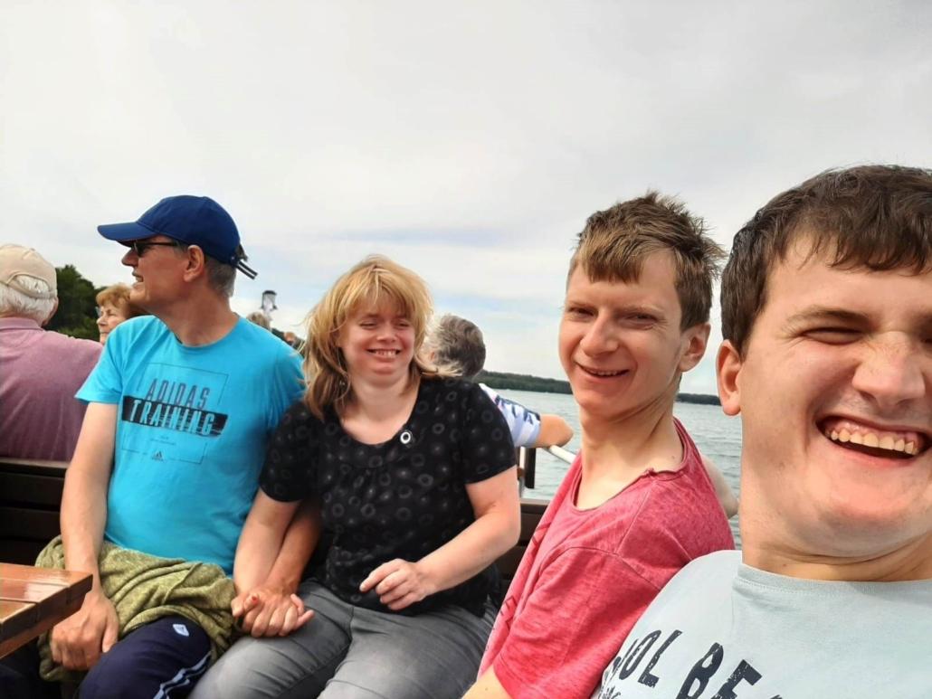 Die vier Ausflügler haben gut lachen. Sie sitzen auf dem Oberdeck und genießen Wind und Sonne.