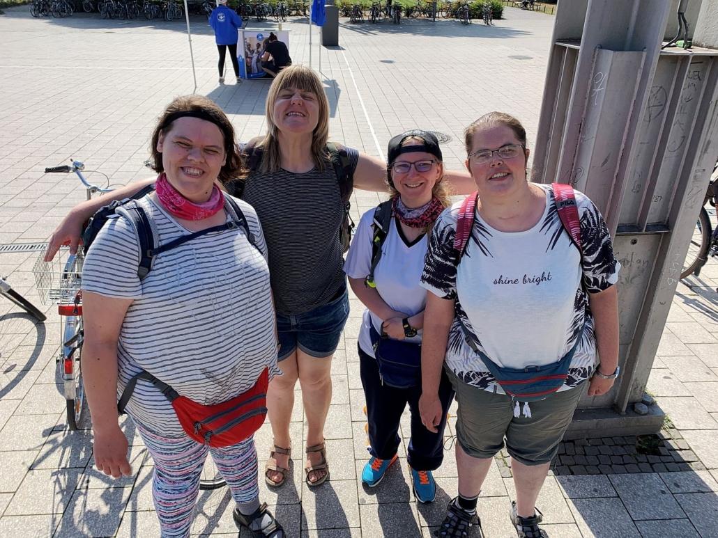 Vier Frauen der Reisegruppe haben sich auf einem Platz zum Foto aufgestellt. Dabei hat eine ihre Arme hinter den Rücken der anderen ausgebreitet.