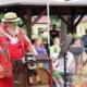 Clown Henry ist bekleidet mit roter Latzhose, roter, bedruckt er Jacke und weißem Strohhut. Er bedient seine Drehorgel (Leierkasten). Vorn an der Drehorgel steht die Aufschrift: Orgel Henry. Auf der Orgel steht eine kleine Kasse, an der ein kleiner Plüsch-Affe hängt. Hinter Orgel-Henry sitzt junges Publikum.